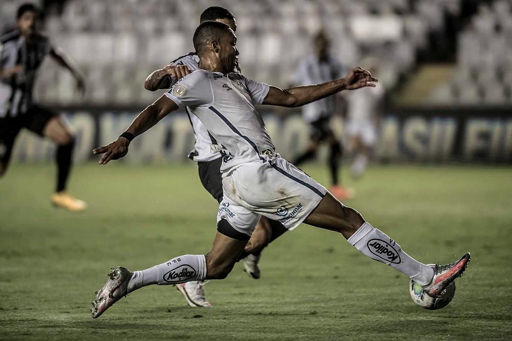 Madson disputa a bola com Arana. (Foto: SantosFC)