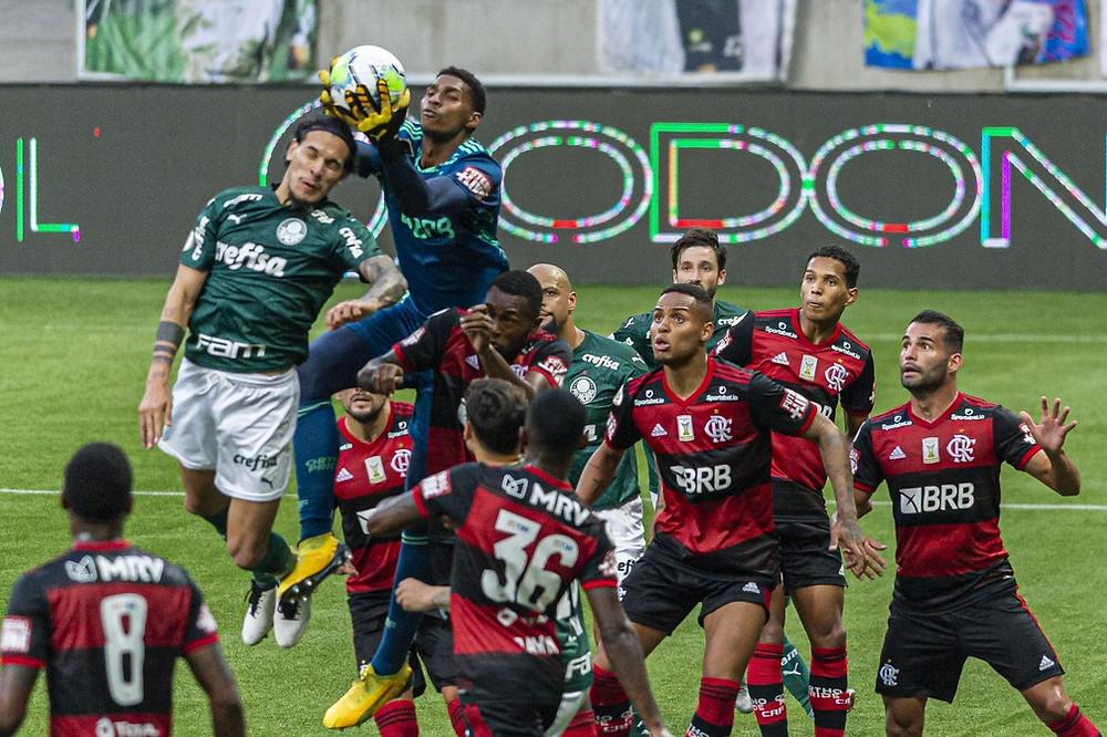 Hugo Moura tira a bola da cabeça do Gómez. (Anderson Lira/Agência Estado)
