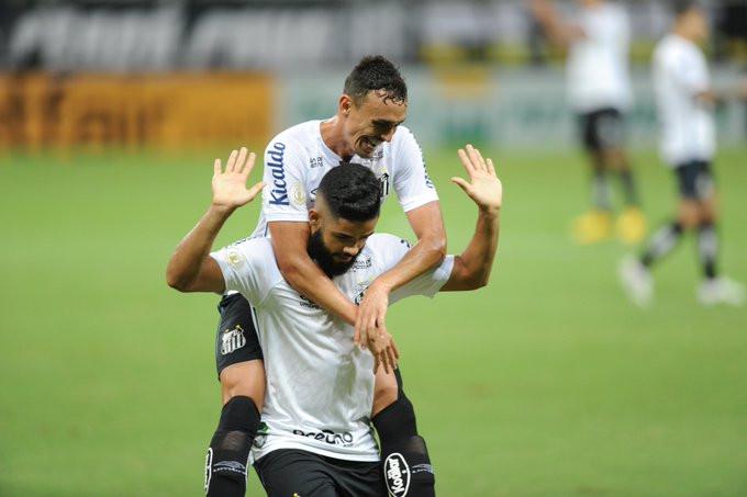 Felipe Jonatan celebra com Pituca. (Foto: SantosFC)