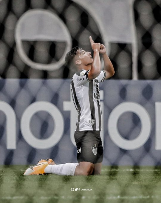 Alan Franco se ajoelha após marcar. (Foto: Atletico)