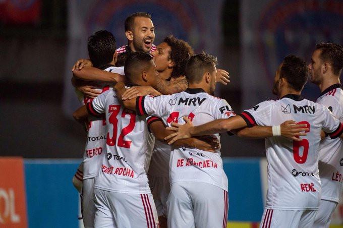 Elenco do Flamengo celebra o triunfo. (Foto: Flamengo)