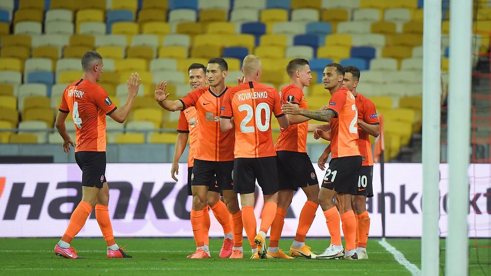 A equipe do Shakhtar comemora um de seus gols. (Foto: Europa League)