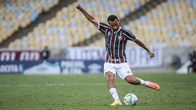 Nenê se prepara para lançar a bola. (Foto: FluminenseFC)