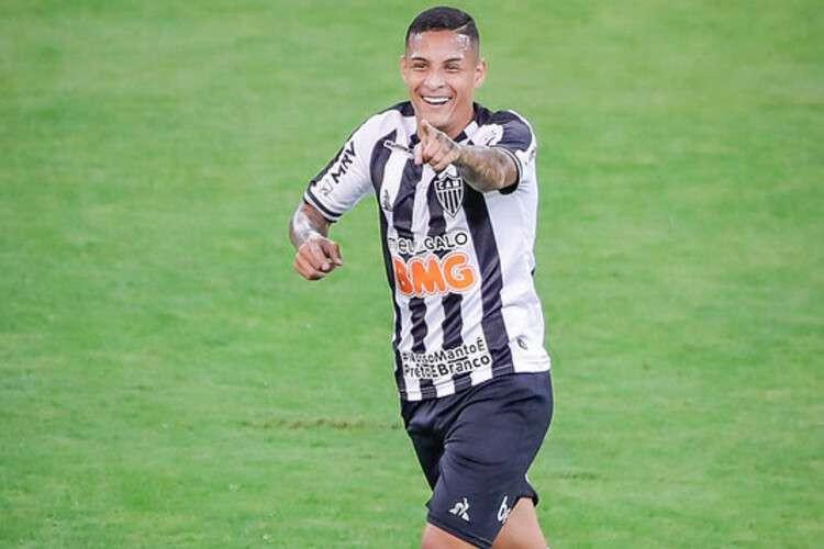 Guilherme Arana com a camisa do galo. (Foto: Atletico)