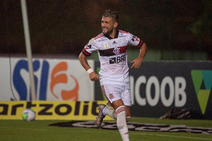 De Arrascaeta sai para o abraço após seu gol. (Foto: Flamengo)