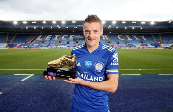 Vardy com a chuteira de ouro da Premier League. (Foto: Leicester)