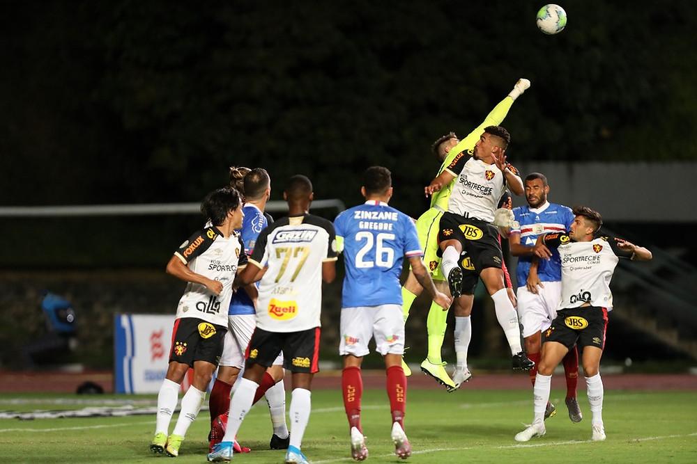Luan Polli sai para socar a bola. (Foto: Felipe Oliveira/ECBahia)