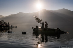 alberi di Natale nel lago per i pesci