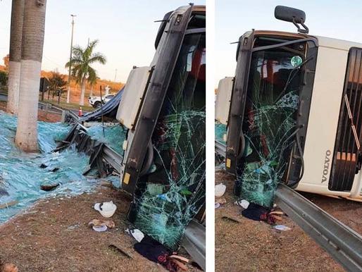 Carga de vidro é destruída em tombamento de caminhão no trevo de Herculândia