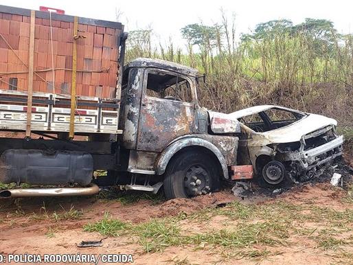 Para se livrar de roubo, caminhoneiro é obrigado a colidir contra carro na SP-501