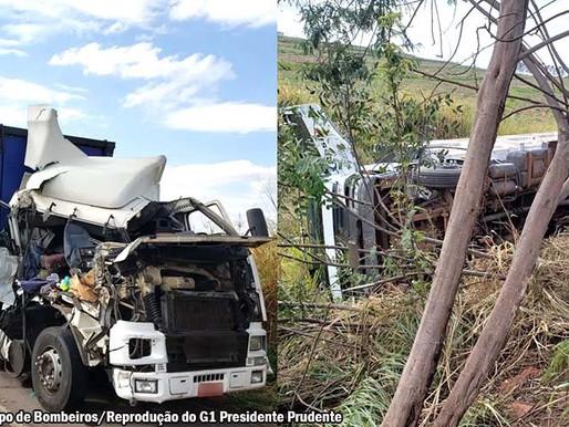 Caminhão vai parar fora da pista e tomba em barranco após colisão na Rod. Assis Chateaubriand