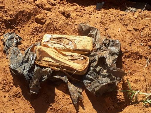 Herculândia - Pedreiro encontra 1,5 Kg de maconha ao cavar alicerce pela rua Raimundo Natalino Corre