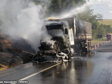 Incêndio atinge caminhão que transitava pela SP-425
