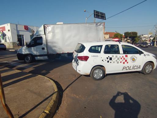 Caminhão quebra eixo na esquina do Banco Bradesco em Herculândia, dificultando passagem