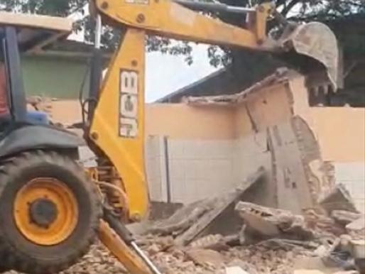 Rinópolis - Ao invés de limpar e manter, Neto manda demolir banheiro público do Jardim São Matheus