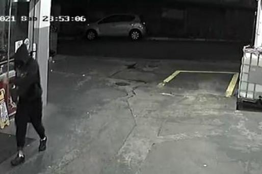 Câmera de segurança flagra assalto em posto de combustíveis em Pompeia