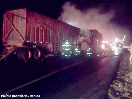 Caminhão pega fogo após colisão traseira na SP-425