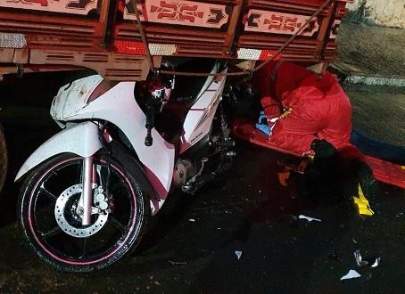 Motociclista de 42 anos morre em choque contra caminhão na baixada da Tamoios