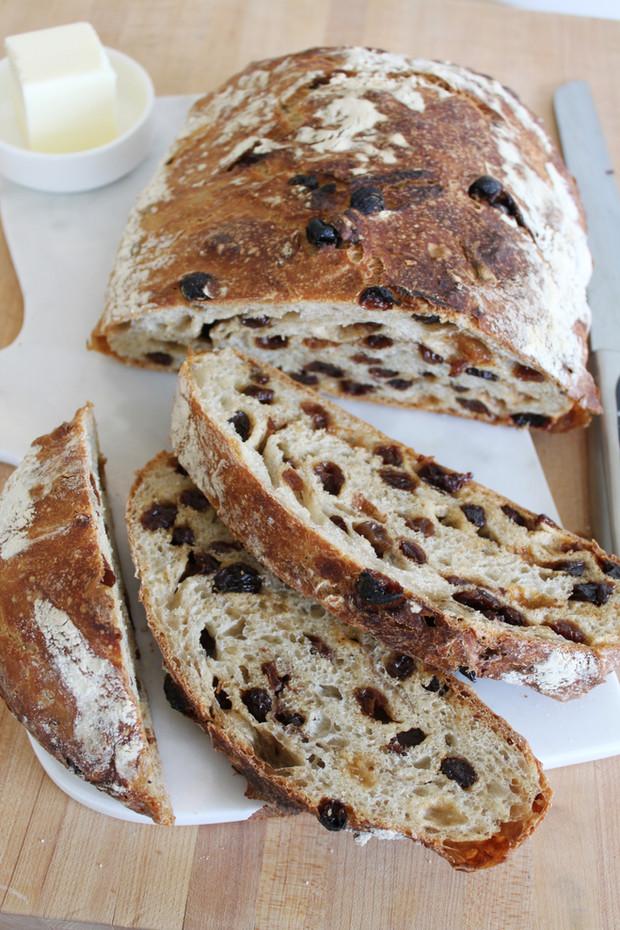 No-Knead Chewy Crusty Cinnamon Raisin Bread