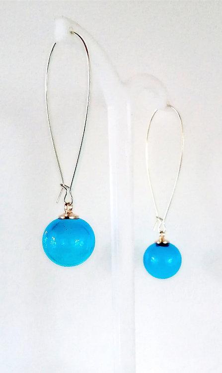Boucles d'oreilles en verre soufflé de couleur bleu aigue-marine intense