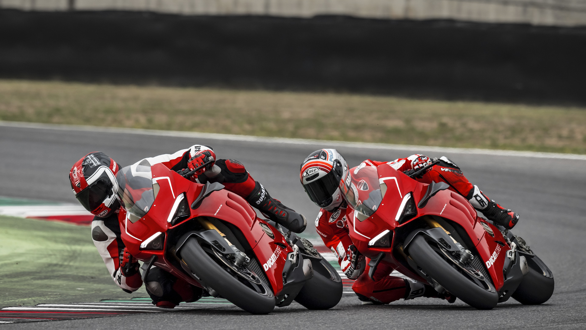 Panigale-V4R-Red-MY19-Ambience-05-Galler