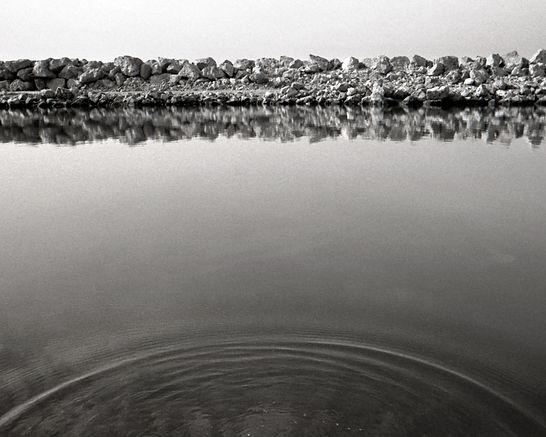 © Pablo Cuadra fotografo. Foto artística del agua en un puerto del mar mediterraneo, aunque parece un lago. Realizado por el fotografo profesional Pablo Cuadra