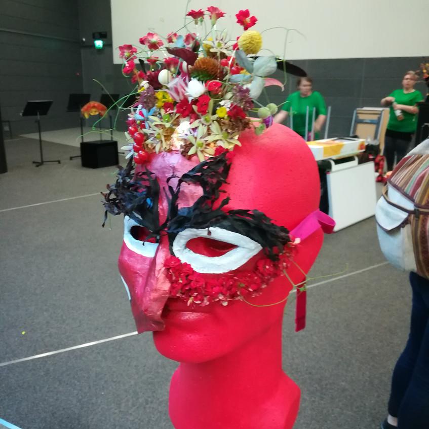 Muiden kilpailijoiden naamioita. Othes masks.