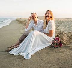 Une mariée heureuse et bien dans sa robe