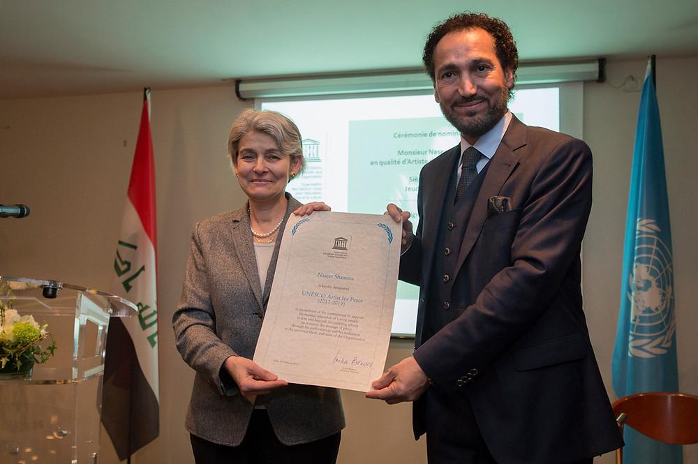 نصير شمّه يستلم شهادة التقدير التي سلمتها إيرينا بوكوفا مدير عام اليونسكو للفنان العراقي