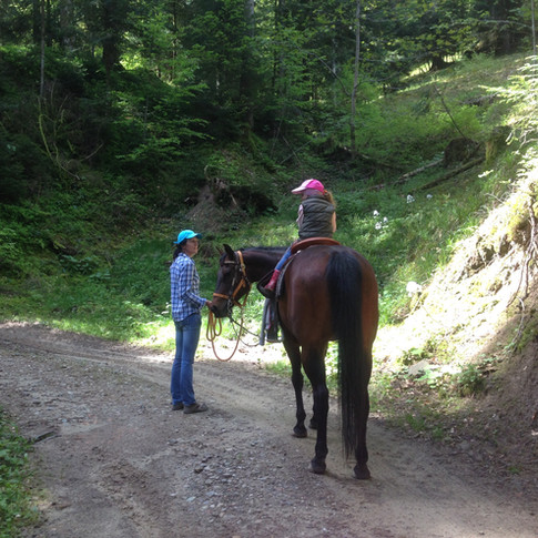 Michaela führt Olena mit Joana im Sattel
