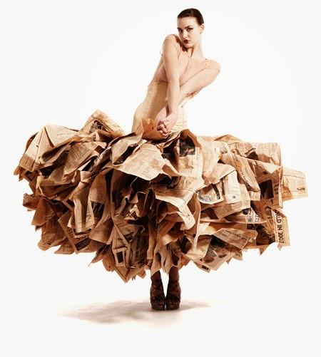 """Abito di Gary Harvey presentato nel 2007 alla London Fashion Week,  realizzato con 30 copie del """"Financial Times"""""""