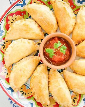 Empanadas med salsa på fad