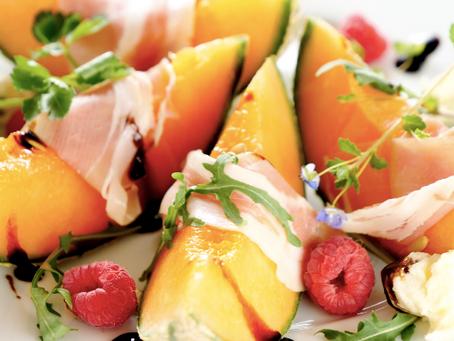 Server den simple forret melon & parmaskinke på 3 flotte måder her!