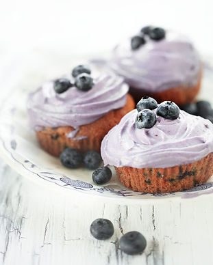 Tre blåbær muffins på fad