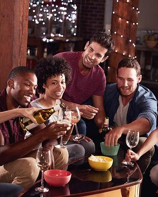 Unge mennesker skåler med øl og popcorn