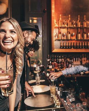 Unge mennesker i en cool bar