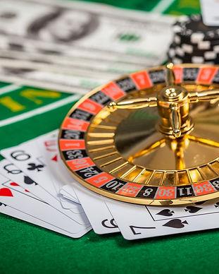 Casino bord med kort, terninger og roulette