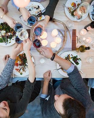 Middag med mennesker der skåler