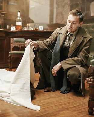 En mand leger detektiv