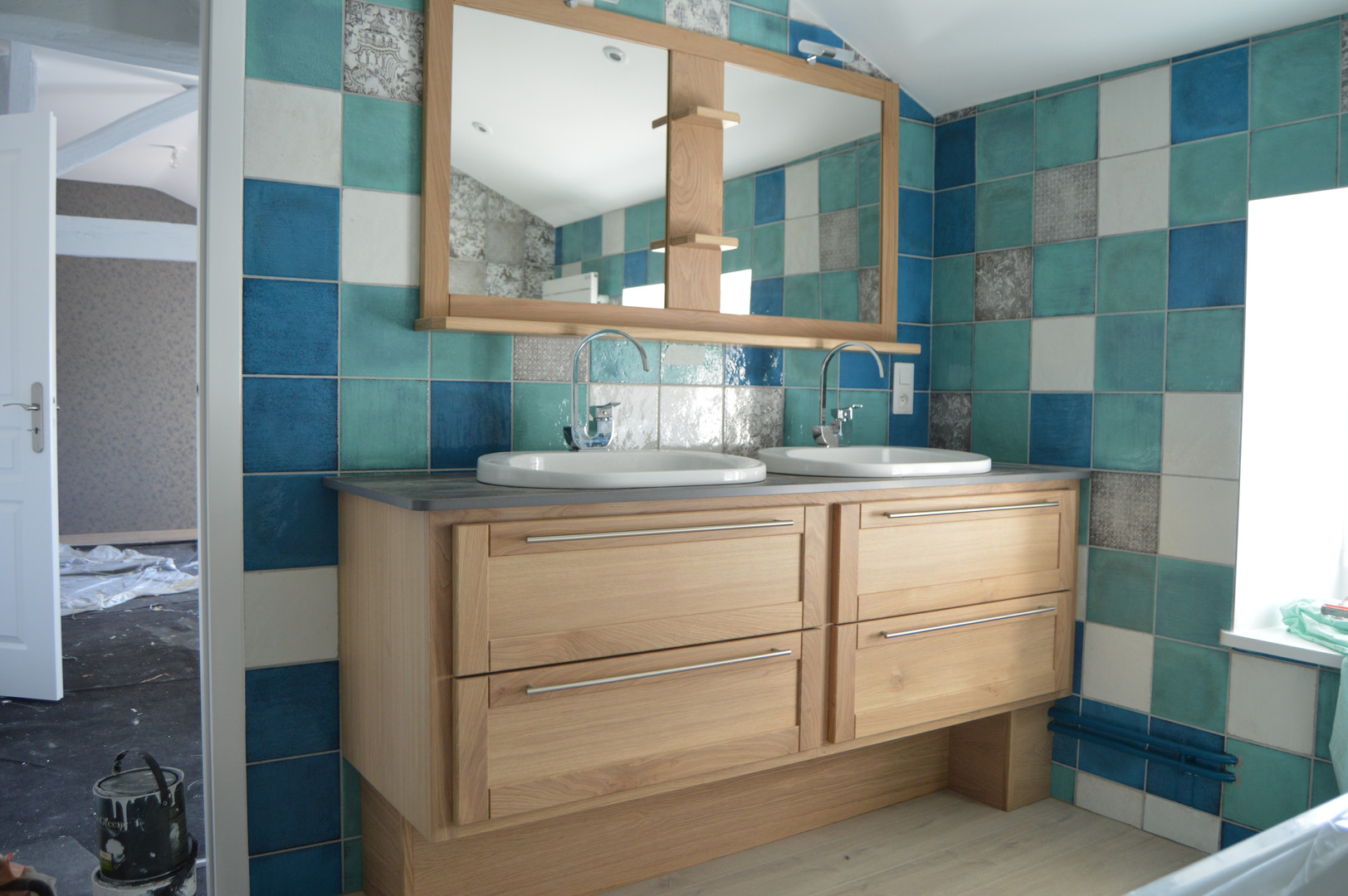 Salle de bains en chêne verni naturel, plan de vasques en quartz