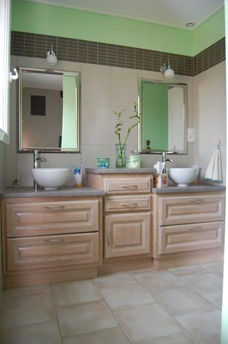 Salle de bains teinté blanc iris, plan de vasque stratifié