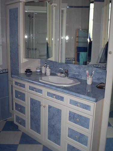 Salle de bain en chêne laqué et stratifié, plan de vasque stratifié