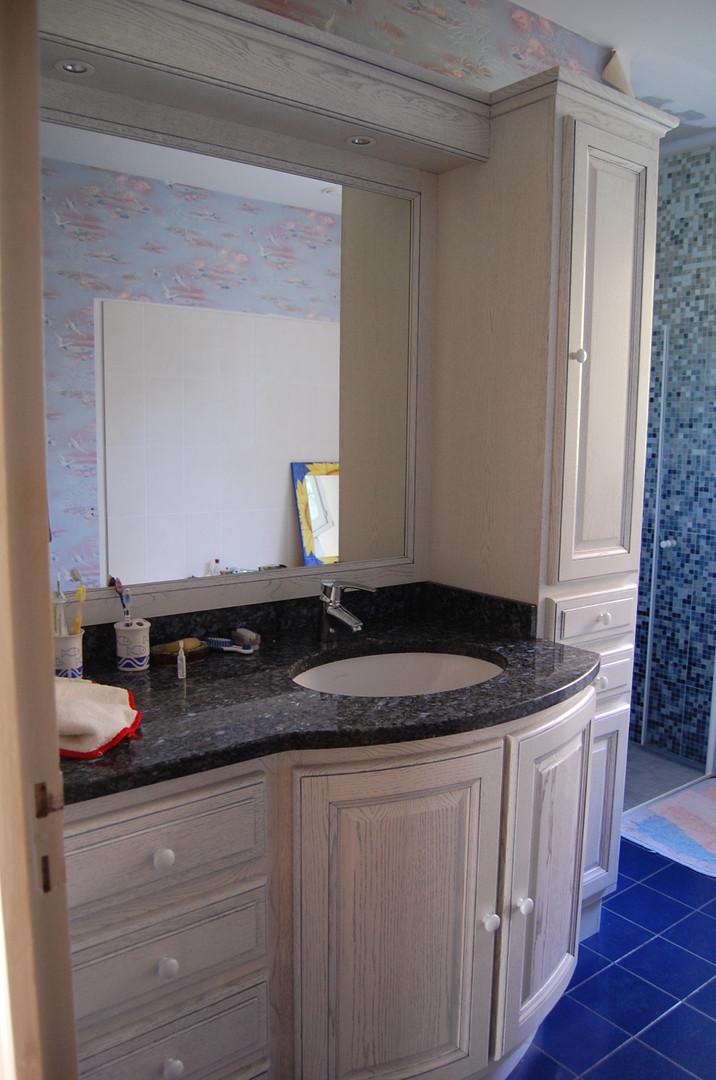 Salle de bains laquée patinée, plan de vasque en granit