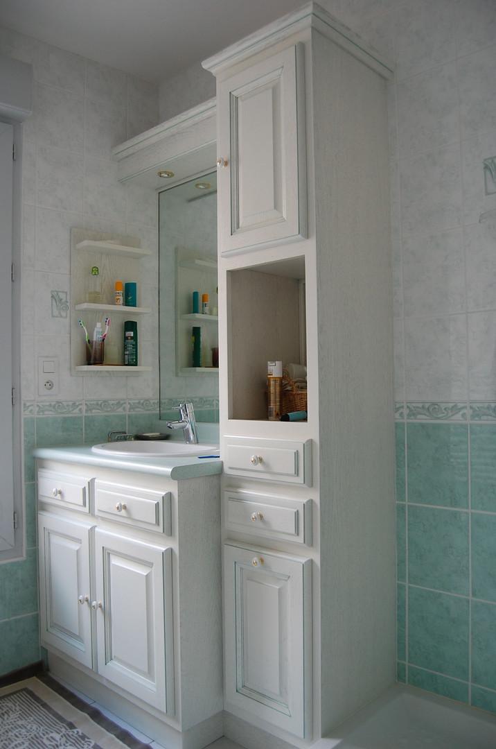 Salle de bains laquée blanc, plan de vasque stratifié