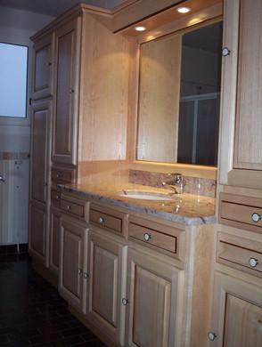 Salle de bains en frêne verni naturel, plan de vasque en granit