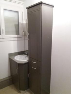 Salle de bains en médium laqué, plan de vasque en quartz