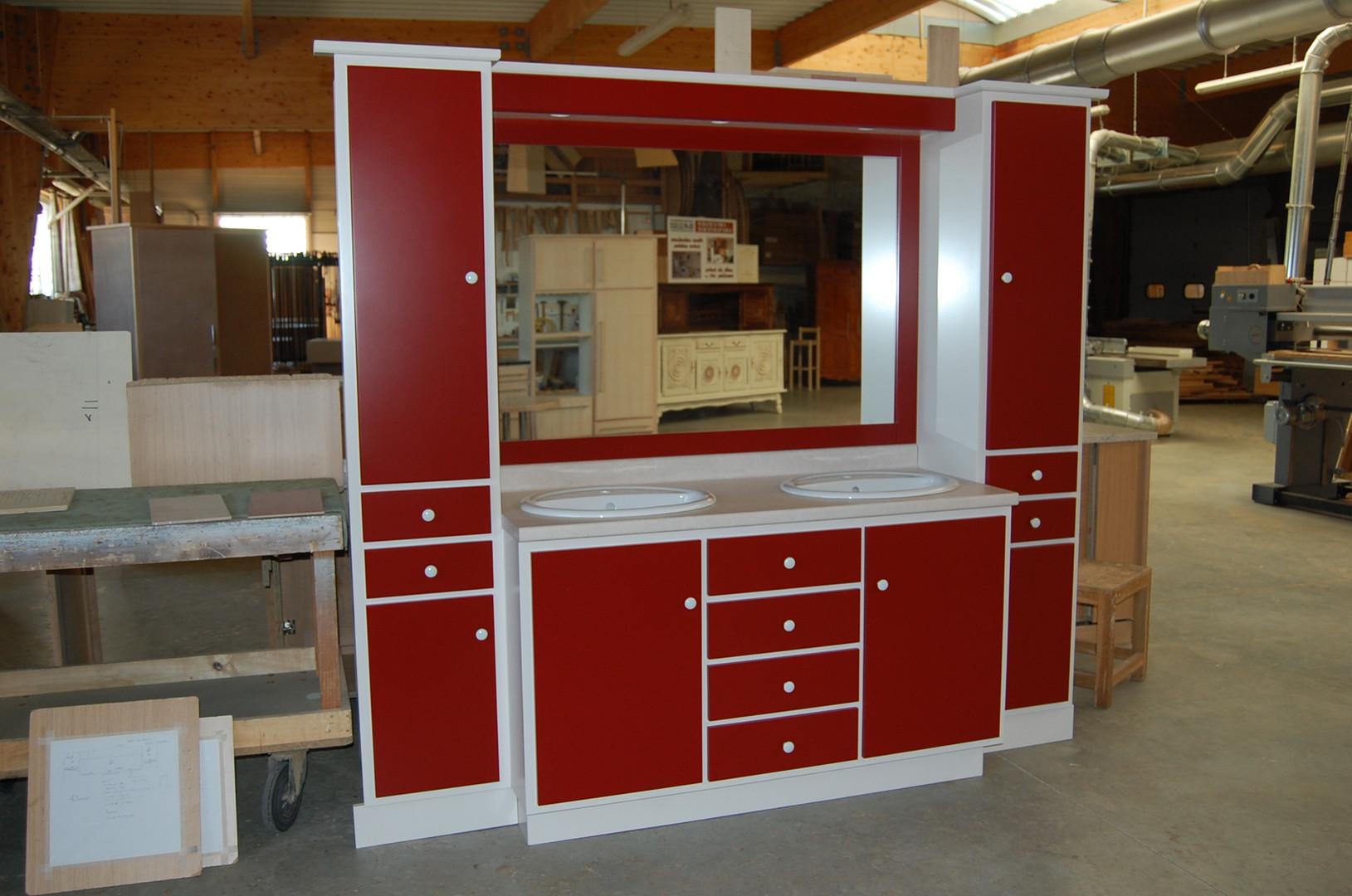 Salle de bains laquée rouge et blanc, plan de vasques stratifié