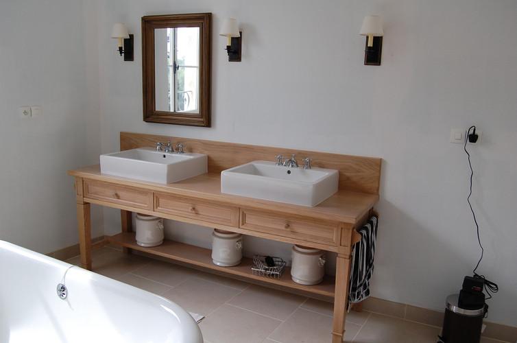 Salle de bains bois naturel verni