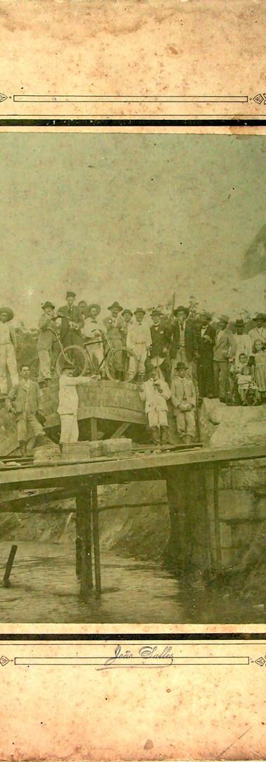 Pessoas em cima de uma plataforma - 1896