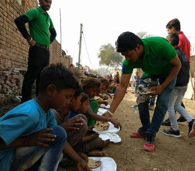RobinHood Army volunteer distributing food in Pune